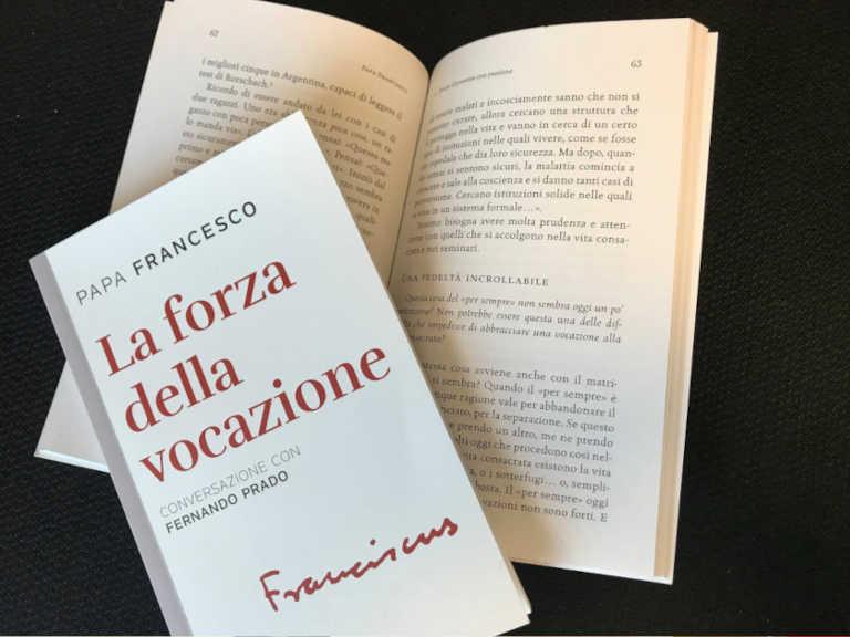 Copertina dei libro La forza della vocazione di Papa Francesco