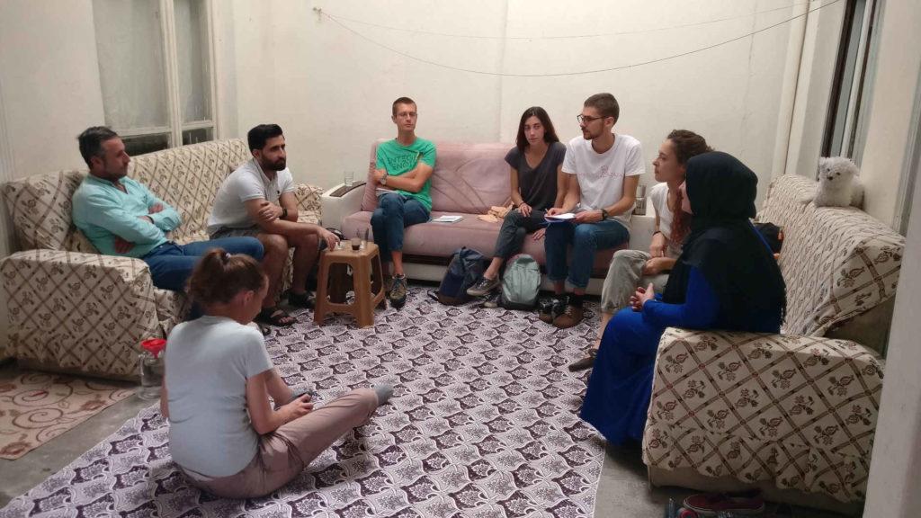 Abu Ahmad e sua moglie parlano con i volontari
