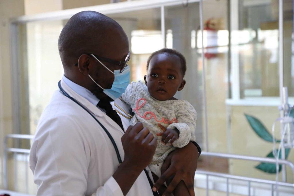 Il Dr. Venice Omona, direttore del Dipartimento pediatrico.