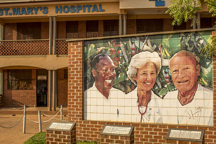 Ritratto di Piero Corti, Lucille Teasdale e Matthew Lukwiya all'ingresso del Lacor Hospital in Uganda