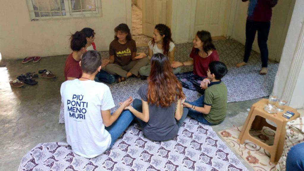 Turchia Gaziantep. Volontari giocano con bambini siriani