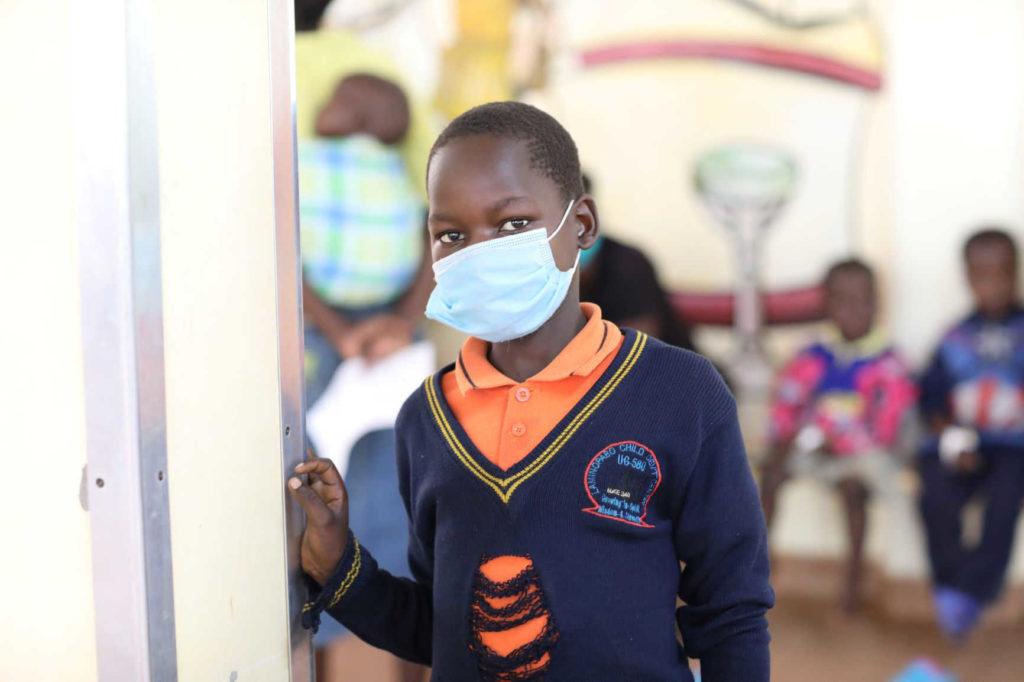 Un giovane paziente del Lacor Hospital in tempi di Coronavirus.