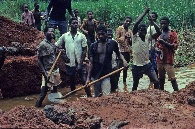 Ragazzi al lavoro in Congo per costruire una casa di mattoni