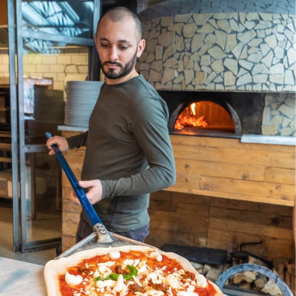 Ciro Di Maio all'interno della pizzeria Pizza Madre
