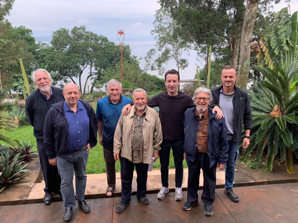 Luca Attanasio insieme ai missionari Saveriani