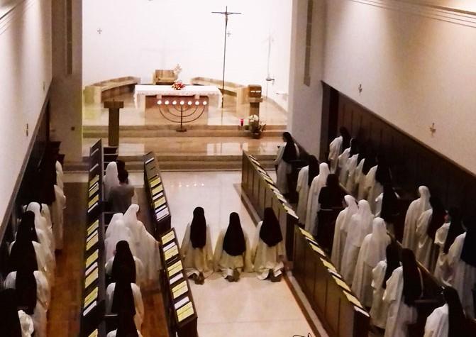 Foto di spalle delle Monache trappiste di Vitorchiano durante la celebrazione dei vespri