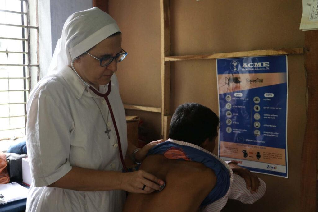 sr Roberta Pignone visita gli ammalati dell'ospedale in Bangladesh