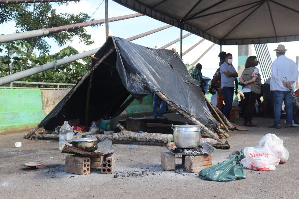Molte persone, soprattutto uomini, vivono sul ponte vivendo in condizioni precarie. Foto: Equipe Itinerante