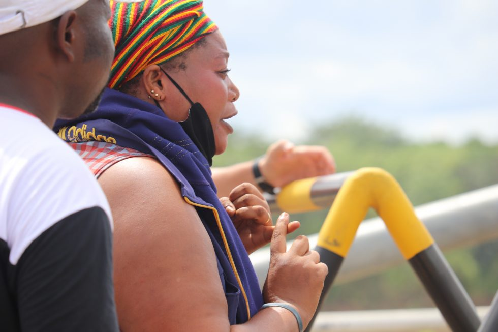 Maria, una donna haitiana, racconta la sua storia alla polizia che sorveglia il confine. Foto: Equipe Itinerante.