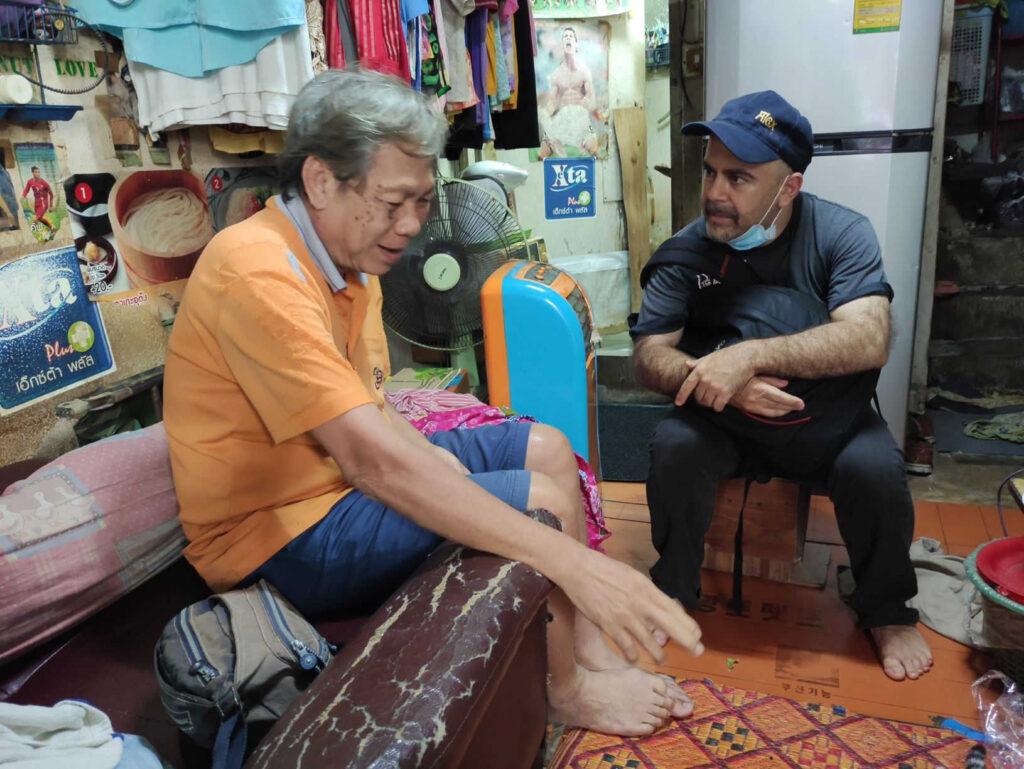 Il missionario Saveriano, padre Alex Brai, durante una visita agli ammalati