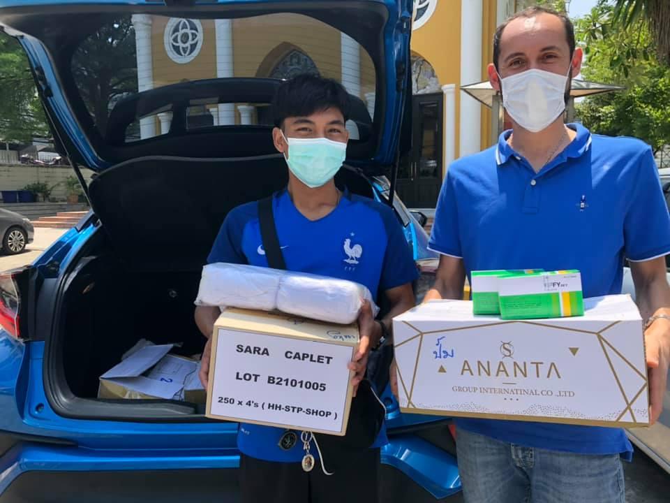 Padre Edgar, missionario Saveriano, e un volontario durante la distribuzione per i poveri in Thailandia