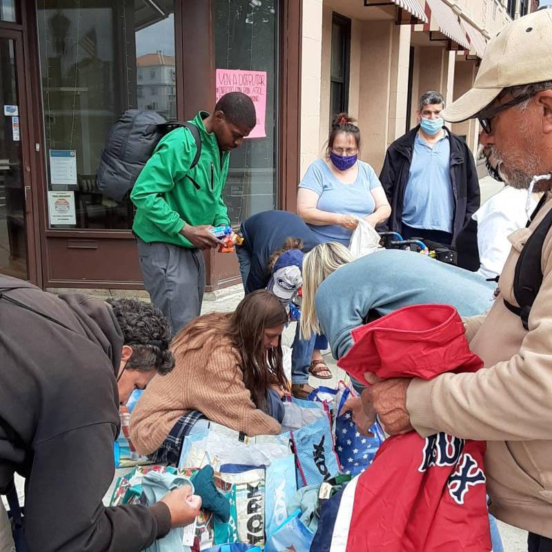 missionari a boston donano vestiti ai senzatetto