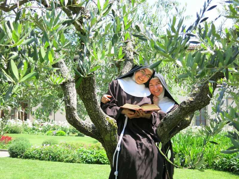 sorelle Clarisse di Albano in giardino