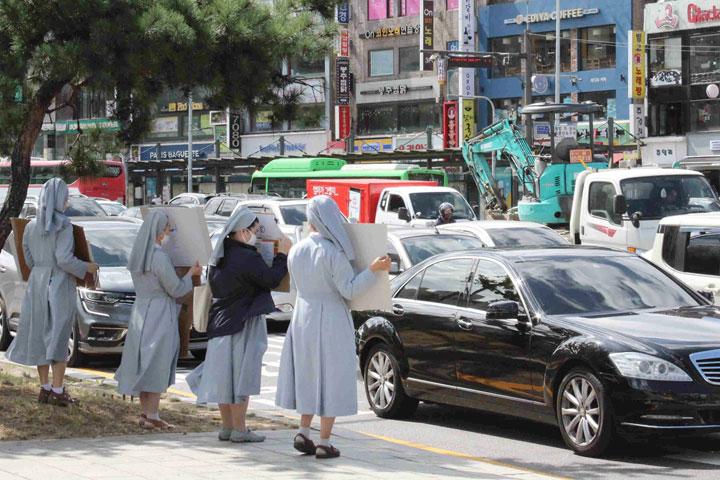 Suore della Carità scendono in strada in Corea contro i cambiamenti climatici